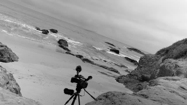 vídeos de stock e filmes b-roll de wild coast of pacific ocean. black and white. california, usa - temas fotográficos