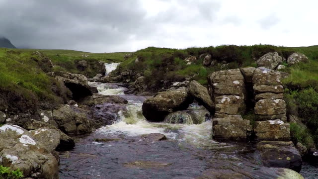 ワイルド川のスカイ、スコットランド、hd - ヘブリディーズ点の映像素材/bロール
