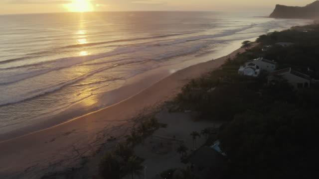 wilde meeresküste, sonnenuntergang im hintergrund - nicaragua stock-videos und b-roll-filmmaterial