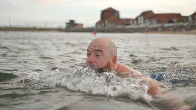 vidéos et rushes de baignade sauvage dans la mer - jeune d'esprit