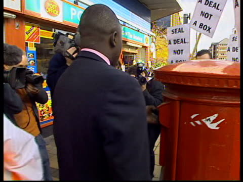 vidéos et rushes de wildcat strikes spread evening news harry smith itn england london cms post box tilt down sealed up to prevent people posting mail during the postal... - post it