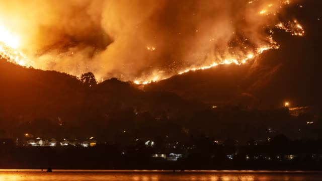 vídeos de stock e filmes b-roll de wildfire holy fire rages in the mountains near lake elsinore, california - inferno fogo