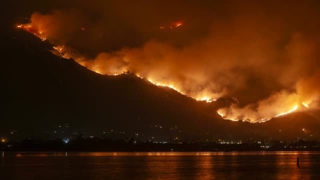 wildfire holy fire rages in the mountains near lake elsinore, california - flammenmeer stock-videos und b-roll-filmmaterial
