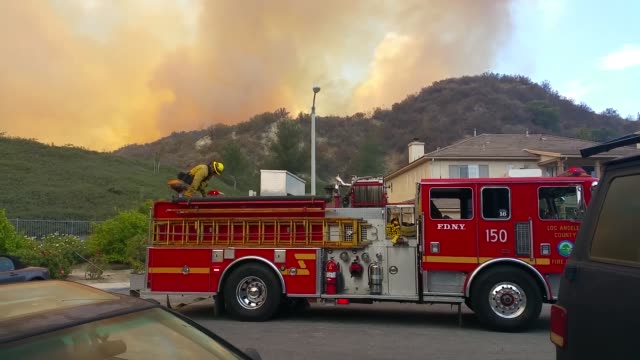 wildfire in santa clarita's pico canyon, near the southern oaks neighborhood. - santa clarita bildbanksvideor och videomaterial från bakom kulisserna
