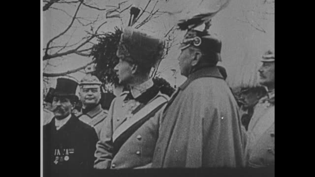 vidéos et rushes de wilhelm ii in plumed helmet stands with german military officers - armée allemande