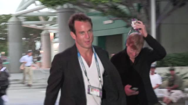 will arnett all smiles after kings win stanley cup at staples center in los angeles 06/11/12 will arnett all smiles after kings win stanley on june... - ウィル アーネット点の映像素材/bロール