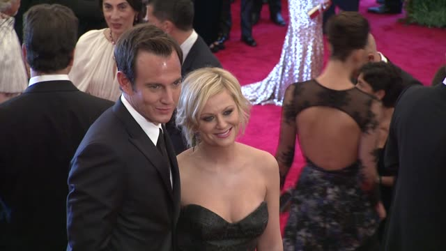 will arnett and amy poehler at schiaparelli and prada: impossible conversations costume institute gala - ウィル アーネット点の映像素材/bロール