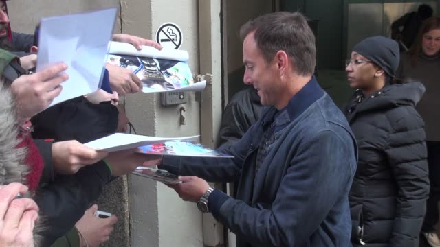 will arnett leaving aol and signs for fans in new york city in celebrity sightings in new york, - ウィル アーネット点の映像素材/bロール