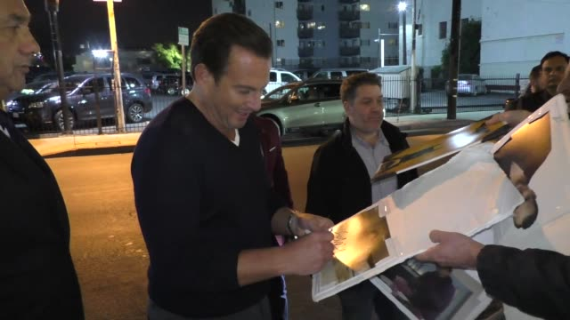 will arnett signs autographs for fans outside the bojack horseman season 6 premiere at the egyptian theatre in hollywood in celebrity sightings in... - ウィル アーネット点の映像素材/bロール