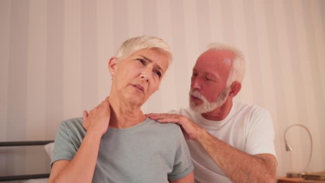 vídeos de stock e filmes b-roll de i will help you with neckache - dor no pescoço