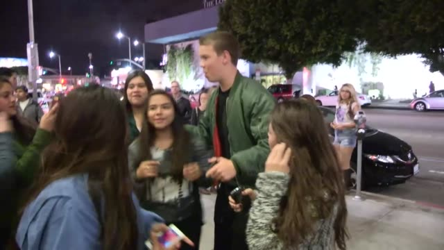 vídeos de stock e filmes b-roll de will poulter greets fans at cinerama dome in hollywood celebrity sightings in los angeles ca on 12/04/13 - cinerama dome hollywood