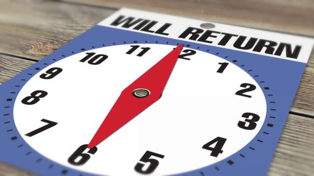 """06:00 cartello di apertura dell'attività """"will return"""" su sfondo legno - insegna di negozio video stock e b–roll"""