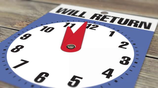 """11:00 cartello di apertura aziendale """"will return"""" su sfondo legno - insegna di negozio video stock e b–roll"""