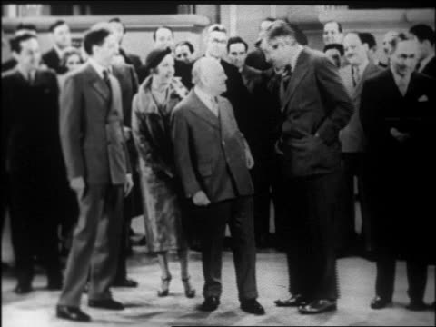 vidéos et rushes de will rogers becomes mayor of beverly hills in staged ceremony with crowd / newsreel - 1926