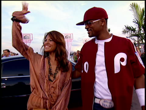 will smith and eva mendes posing for pictures and walking down the 2004 mtv video music awards red carpet - 2004年点の映像素材/bロール