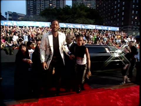 will smith and jada pinkett are walking the 1999 vma red carpet - mtv点の映像素材/bロール