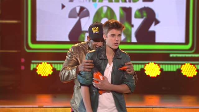 will smith and justin bieber get slimed at nickelodeon's 25th annual kids' choice awards on 3/31/12 in los angeles ca - nickelodeon bildbanksvideor och videomaterial från bakom kulisserna