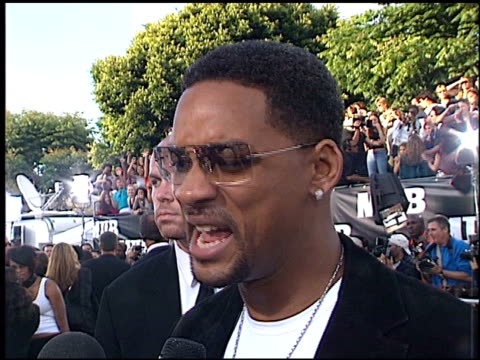 will smith at the 'men in black ii' premiere at the bruin theatre in westwood, california on june 26, 2002. - 俳優 ウィル・スミス点の映像素材/bロール