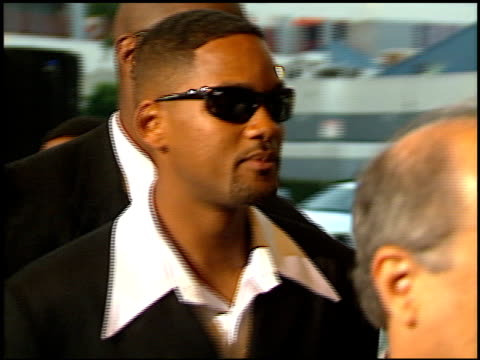 vidéos et rushes de will smith at the 'men in black' premiere at the cinerama dome at arclight cinemas in hollywood california on june 25 1997 - 1997