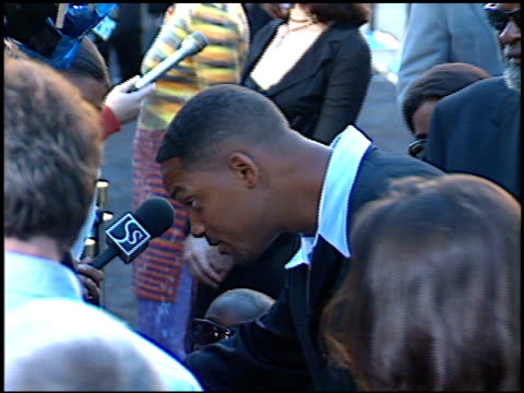 vidéos et rushes de will smith at the 'men in black' premiere at the cinerama dome at arclight cinemas in hollywood, california on june 25, 1997. - 1997
