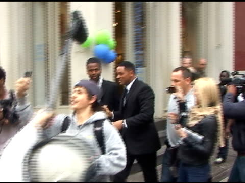 will smith fights his way through fans and paparazzi as he goes to his trailer on the set of men in black 3 in soho in new york 05/11/11 - trailer stock videos & royalty-free footage
