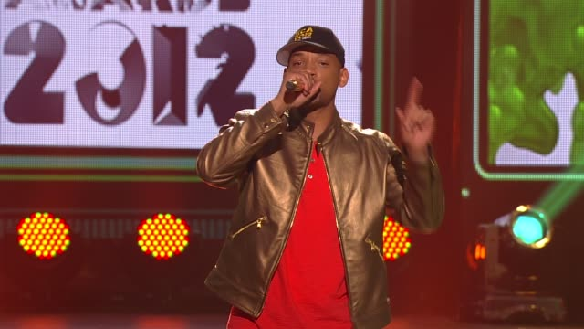 vídeos de stock e filmes b-roll de will smith hosts and points out taylor swift at nickelodeon's 25th annual kids' choice awards on 3/31/12 in los angeles ca - nickelodeon kids' choice awards