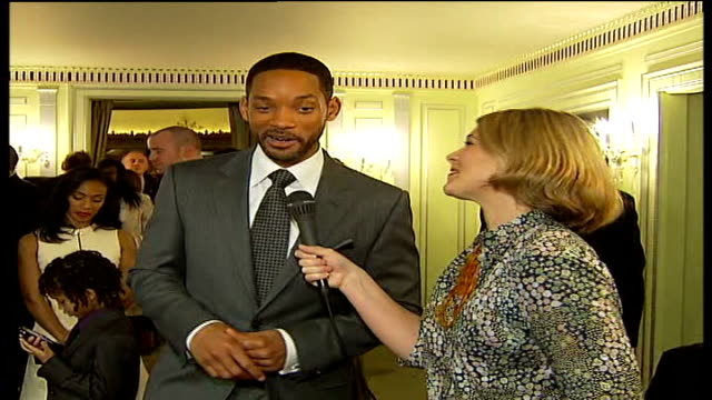 will smith hosts lunch for prince's trust charity; will smith interview sot - on working with his real-life son cutaway jaden smith playing with... - 俳優 ウィル・スミス点の映像素材/bロール