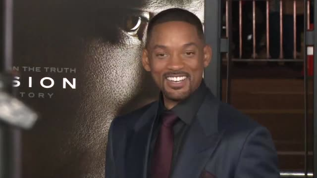 vídeos de stock, filmes e b-roll de will smith ridley scott and albert brooks hit the red carpet at the american film institute in hollywood for the premiere of nfl drama concussion - american film institute