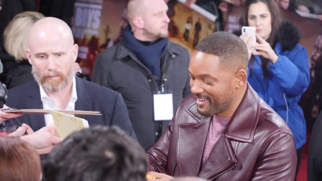 """will smith signs autographs and takes selfies with the fans on the red carpet at the berlin premiere of the movie """"bad boys for life"""" at zoo palast... - autogramm stock-videos und b-roll-filmmaterial"""