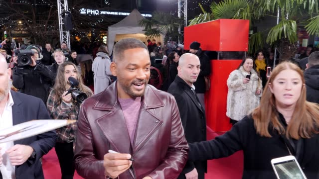 vidéos et rushes de will smith signs autographs and takes selfies with the fans on the red carpet at the berlin premiere of the movie bad boys for life at zoo palast on... - autographe