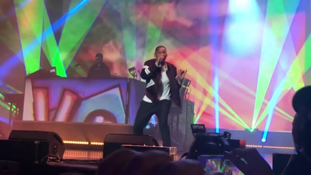 will smith treated fans to hits including boom shake the room, summertime and the fresh prince of bel air theme song as he reunited with dj jazzy... - 俳優 ウィル・スミス点の映像素材/bロール