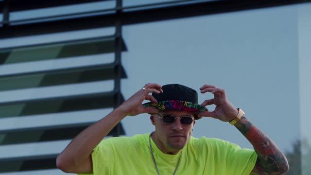 vídeos y material grabado en eventos de stock de ¡te giraré la cabeza con mis movimientos de baile! - hípster urbano