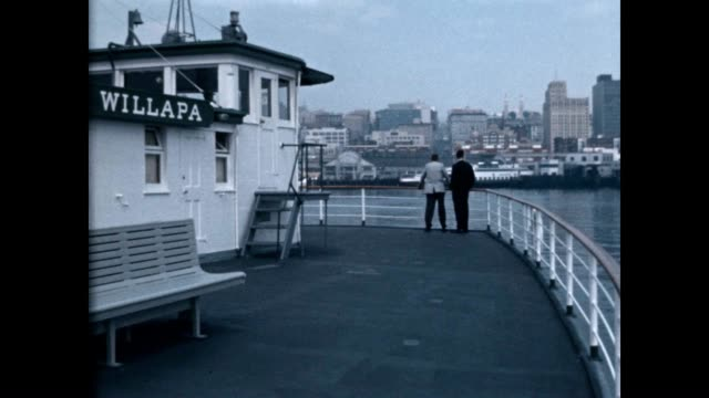 vídeos de stock e filmes b-roll de willapa ferry arrives in downtown seattle in the early 1960's - pacífico norte