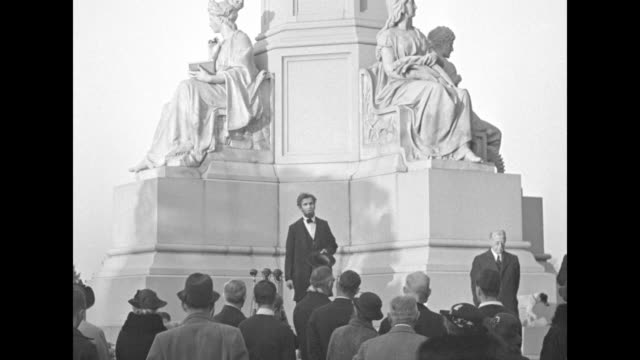willard campbell dressed as abraham lincoln gives gettysburg address in front of statue small crowd stands in foreground - gettysburg stock videos & royalty-free footage