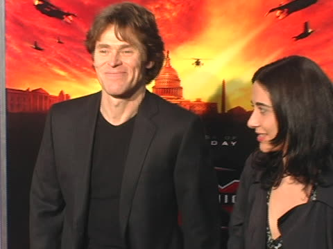 vídeos de stock e filmes b-roll de willem dafoe and guest at the 'xxx sate of the union' los angeles premiere on april 25 2005 - regency village theater