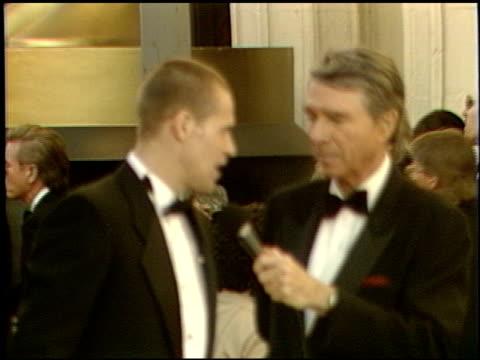 vidéos et rushes de willem dafoe at the 1989 academy awards at the shrine auditorium in los angeles, california on march 29, 1989. - 61e cérémonie des oscars