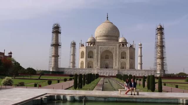william and kate have visited thetaj mahal on the final day of their tour of india and bhutan the couple's trip has prompted comparisons with the... - sito patrimonio dell'umanità unesco video stock e b–roll