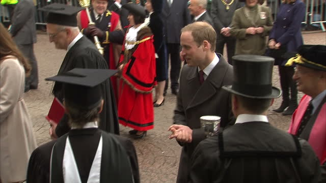 william catherine chatting to students at the senate house university of cambridge duke duchess of cambridge in cambridge on november 28 2012 in... - 公爵点の映像素材/bロール