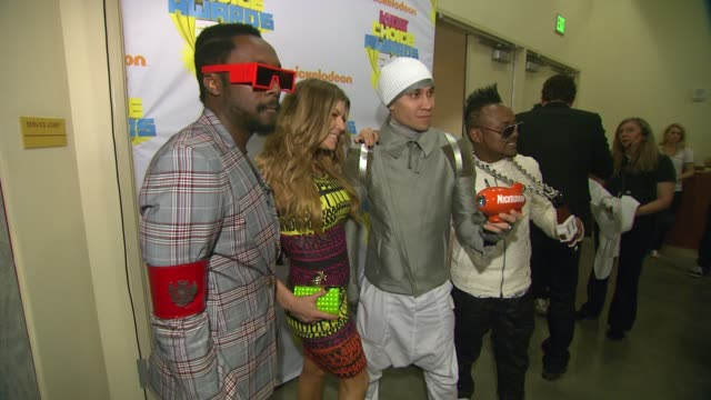 vídeos de stock e filmes b-roll de william fergie taboo and apldeap of black eye peas at the nickelodeon's 2011 kids' choice awards backstage at los angeles ca - nickelodeon kids' choice awards
