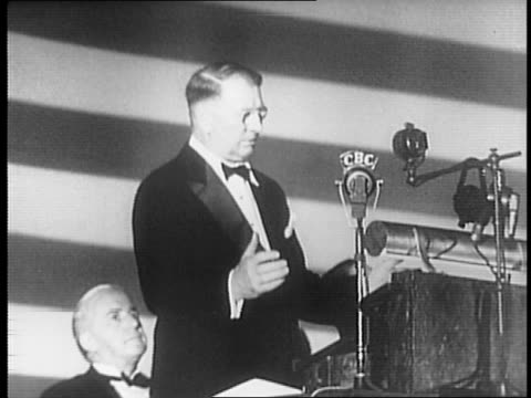 vídeos de stock e filmes b-roll de william franklin knox waving his hat to audience at victory loan rally / view of audience at rally / knox being introduced at podium / knox speaking... - enfeites para a cabeça