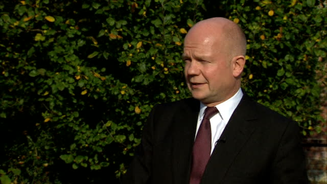 vídeos y material grabado en eventos de stock de william hague throws down gauntlet to labour over devolution england buckinghamshire chequers ext william hague mp interview sot well i think if... - buckinghamshire