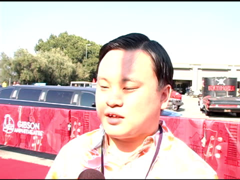 vídeos de stock e filmes b-roll de william hung on what the award show does for teen inspiration, on his planned performance, on meeting celebrities at the 2005 teen choice awards at... - universal city
