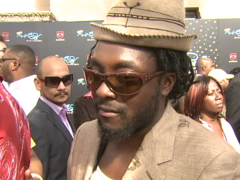 vidéos et rushes de will.i.am on the bet awards, what they celebrate and recognize at the 2006 bet awards arrivals at shrine auditorium in los angeles, california. - shrine auditorium
