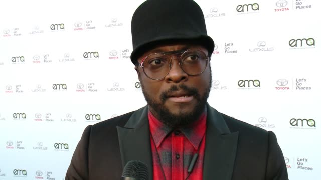 vídeos de stock e filmes b-roll de will.i.am on why now more than ever it's important to support environment causes at the 27th annual environmental media association awards at barker... - environmental media awards