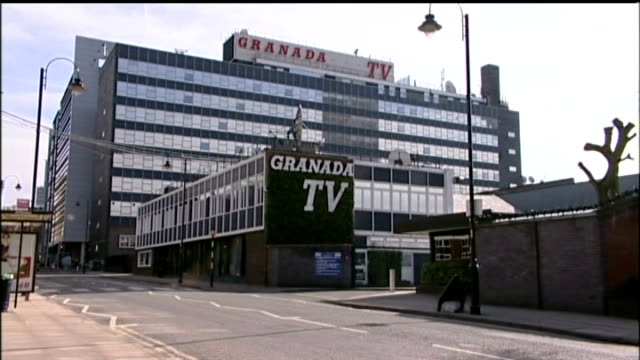 william roache cleared of rape and indecent assault charges date gv granada studios - ウィリアム・ローチ点の映像素材/bロール