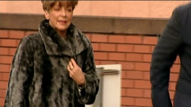 william roache cleared of rape and indecent assault charges r29011403 / 2912014 anne kirkbride arriving at court helen worth arriving at court end lib - ウィリアム・ローチ点の映像素材/bロール