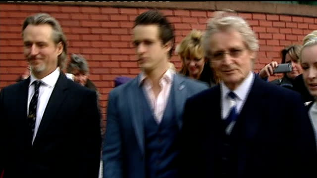 william roache cleared of rape and indecent assault charges *** warning william roache and children leaving court after being found not guilty and... - ウィリアム・ローチ点の映像素材/bロール