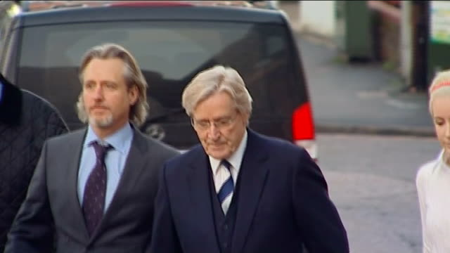 lancashire preston crown court photography*** william roache out of car and along to court with others / alternate angle shots of roache along to... - ウィリアム・ローチ点の映像素材/bロール