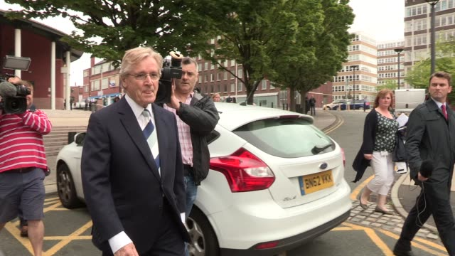 william roache leaves after his plea at preston crown court on september 02 2013 in preston lancashire - ウィリアム・ローチ点の映像素材/bロール