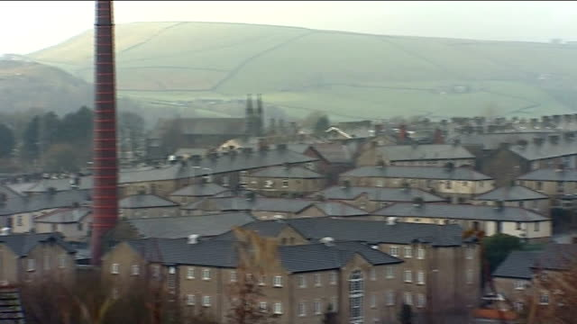 haslingden high angle view of haslingden pan high angle view houses and rooftops - ウィリアム・ローチ点の映像素材/bロール